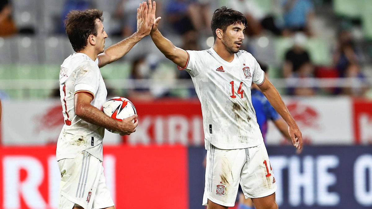 Carlos Soler celebra con Oyarzabal el gol de España ante Japón, ayer en Japón.    EFE/PEDRO GONZÁLEZ