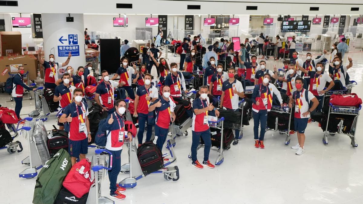 L'expedició olímpica espanyola en la seva arribada a l'aeroport de Narita
