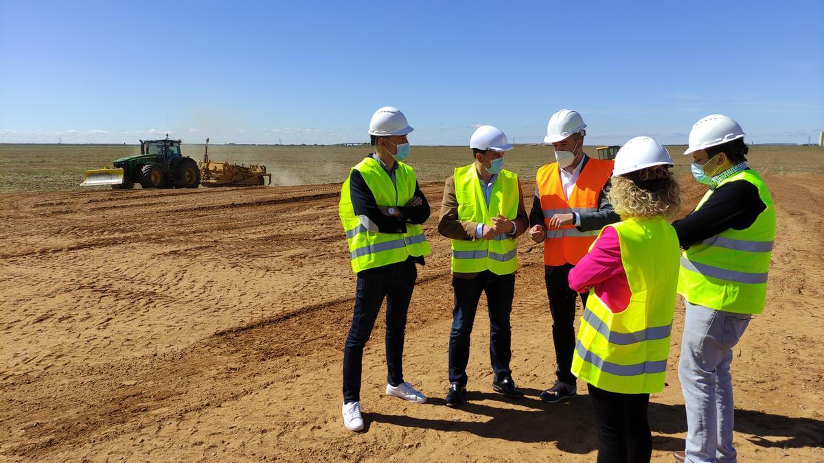 El promotor de la biorrefinería, Vicente Merino, explica al presidente de la Diputación, Francisco Requejo, y diputados de la zona el proyecto previsto, en los terrenos. / E. P.