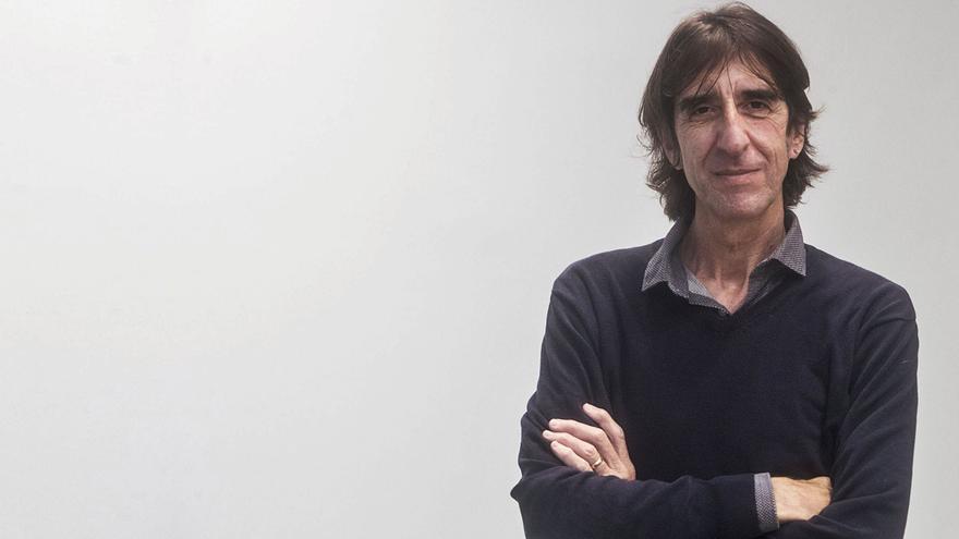 """Benjamín Prado: """"Una persona decente siempre tiene la lista negra  en blanco"""""""
