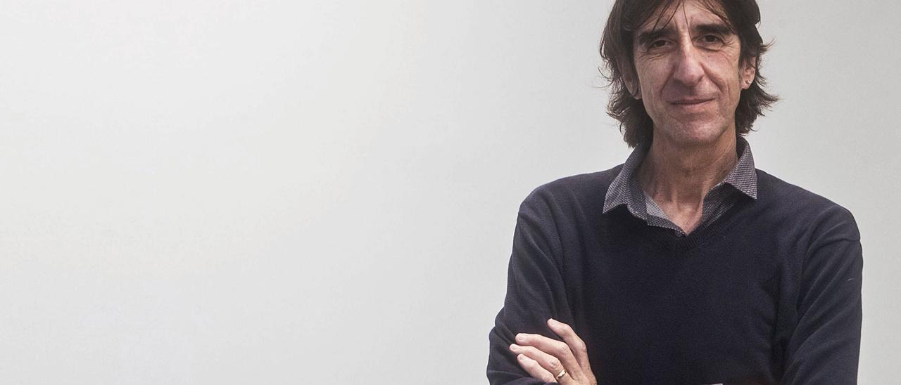 El escritor Benjamín Prado, autor de «Todo lo carga el diablo», ayer en el periódico Levante-EMV. | FERNANDO BUSTAMANTE