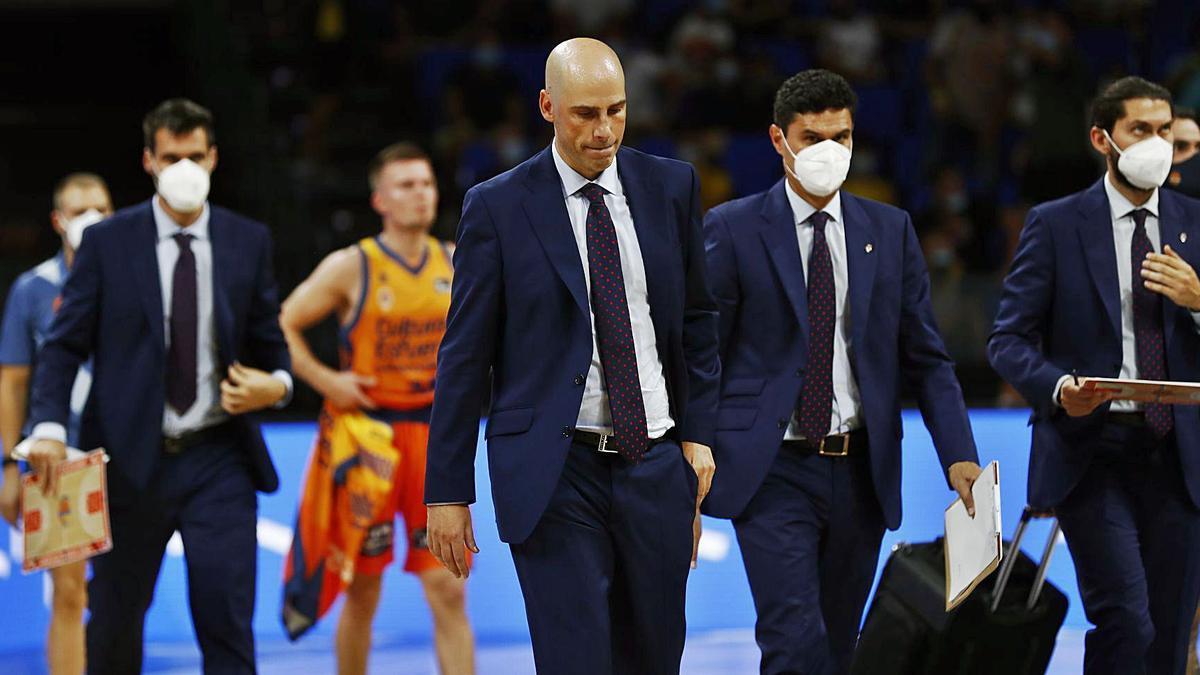 Joan Peñarroya y su cuerpo técnico abandonaron muy contrariados el pabellón Santiago Martín de Tenerife. | ACB PHOTO