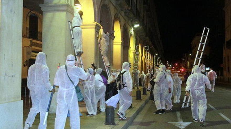 Una vuitantena de persones retiren llaços grocs de diverses poblacions gironines