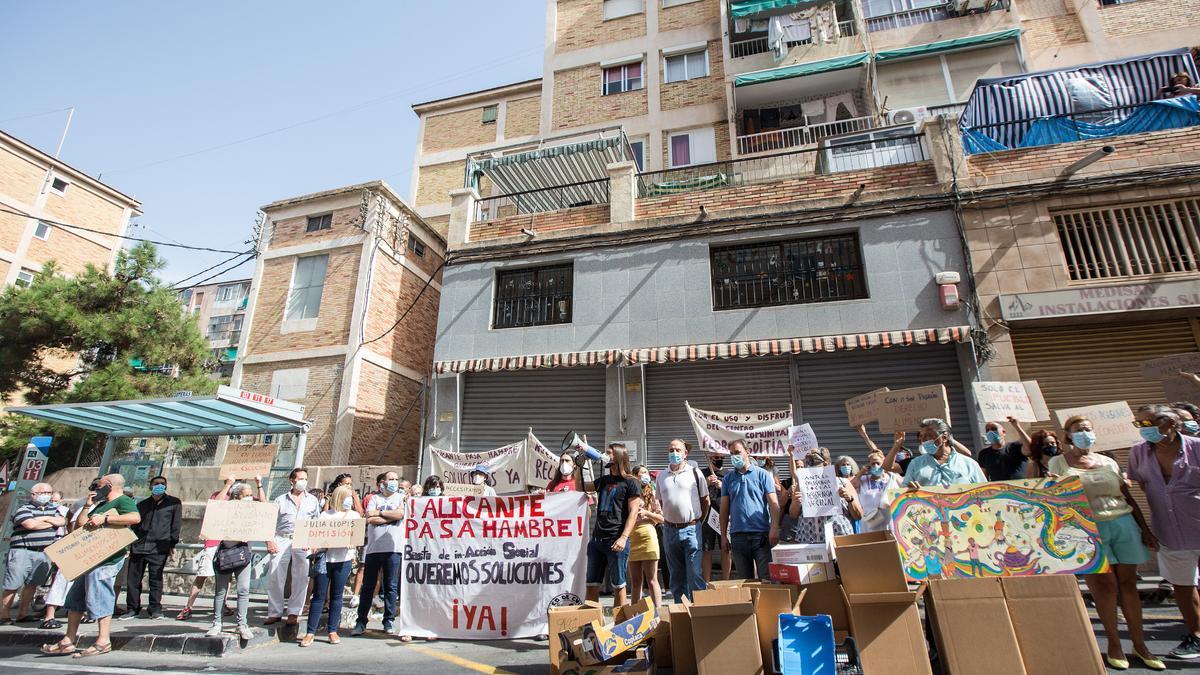Concentración vecinal para pedir soluciones ante la emergencia social en Alicante.