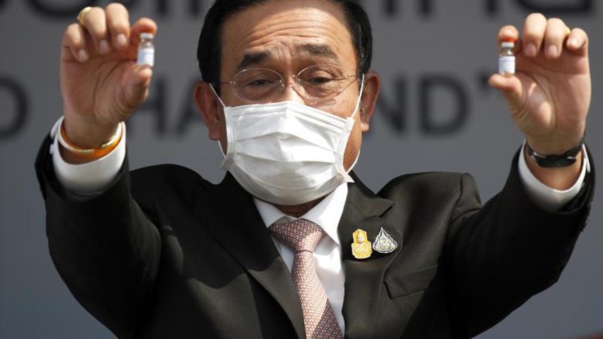 """El primer ministro tailandés """"desinfecta"""" a unos periodistas por una pregunta"""