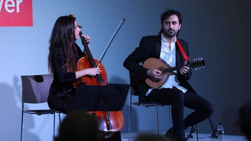 Vermú a ritmo de mandolina y violonchelo, en el Niemeyer