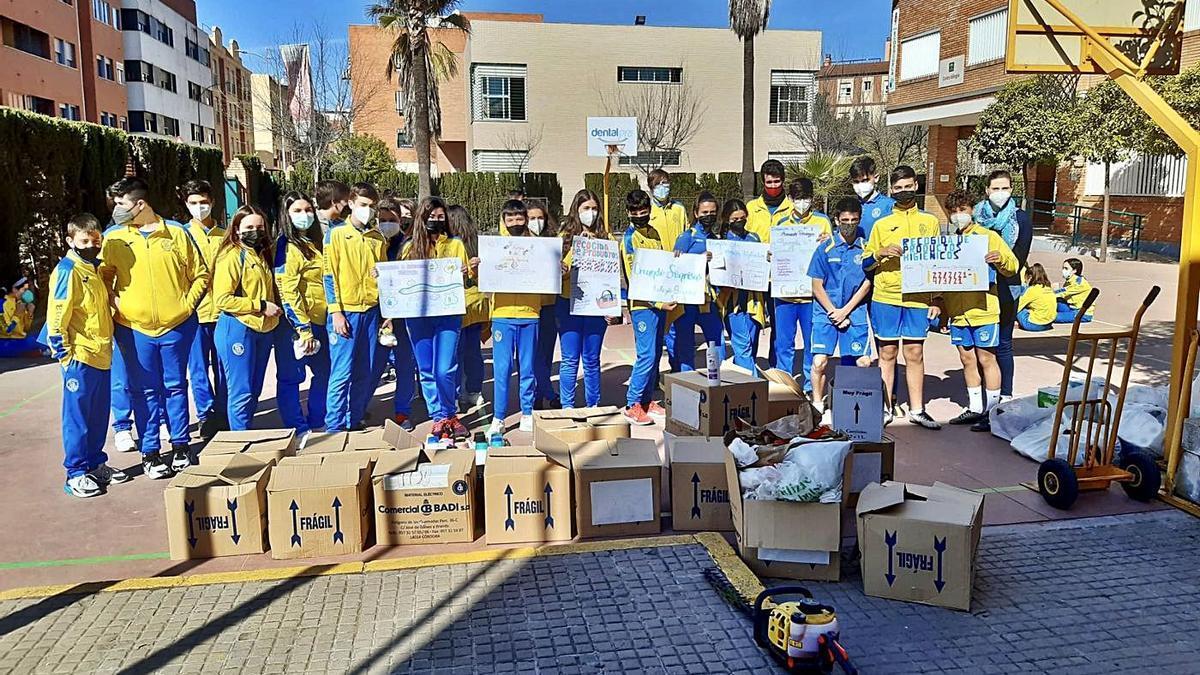 Alumnos del colegio Séneca con el material higiénico-sanitario reunido para la asociación Resurgir.