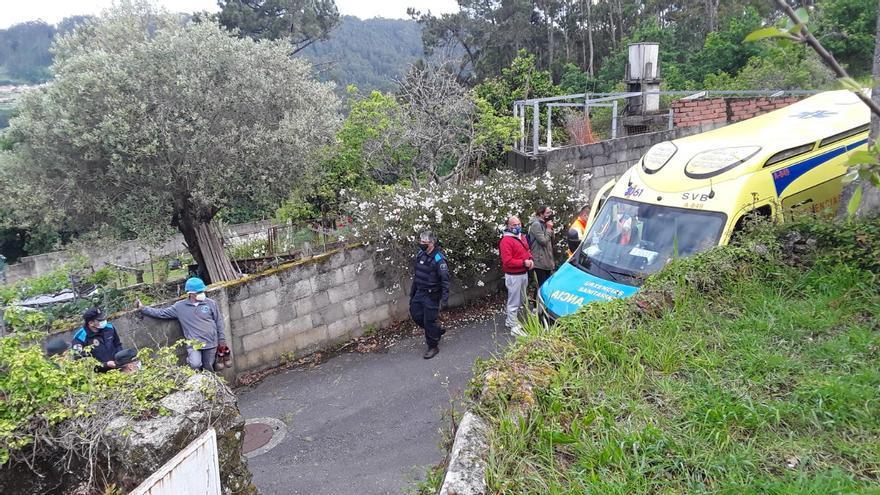 Un vecino de Poio, en la UCI del Cunqueiro tras caerse de un tejado en Sanxenxo