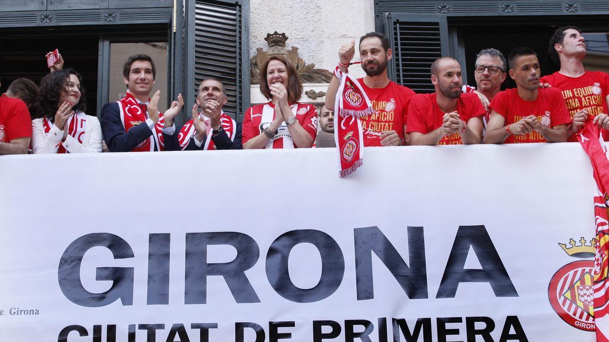 Marta Madrenas celebrant l'ascens a Primera del Girona el 5 de juny de 2017 amb l'equip al balcó de l'Ajuntament