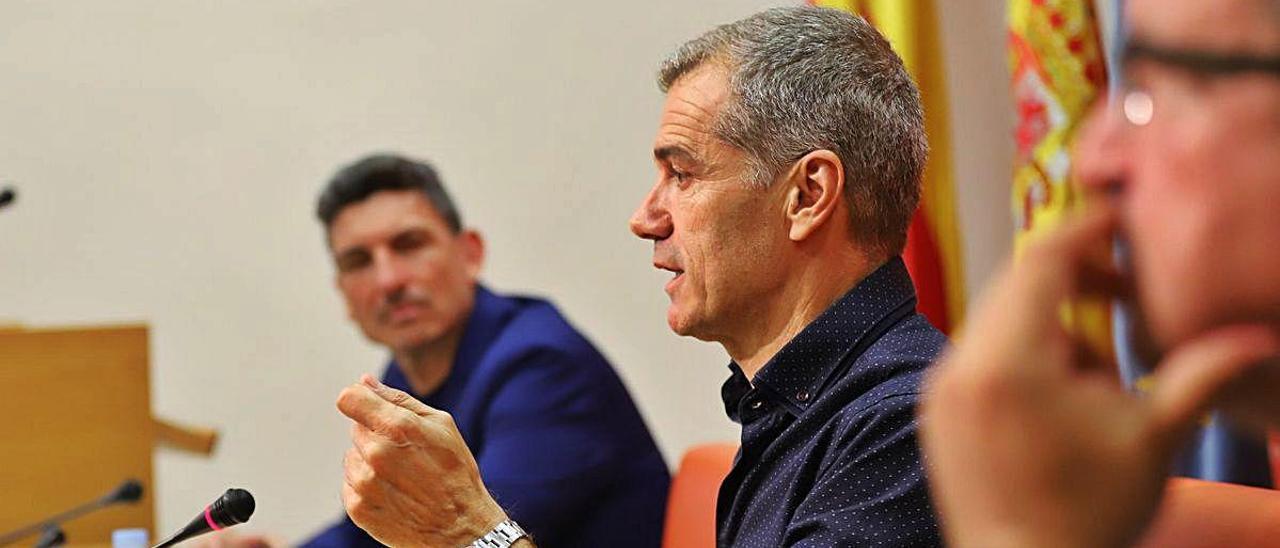 Cantó ayer entre los diputados Carlos Gracia y Fernando Llopis.
