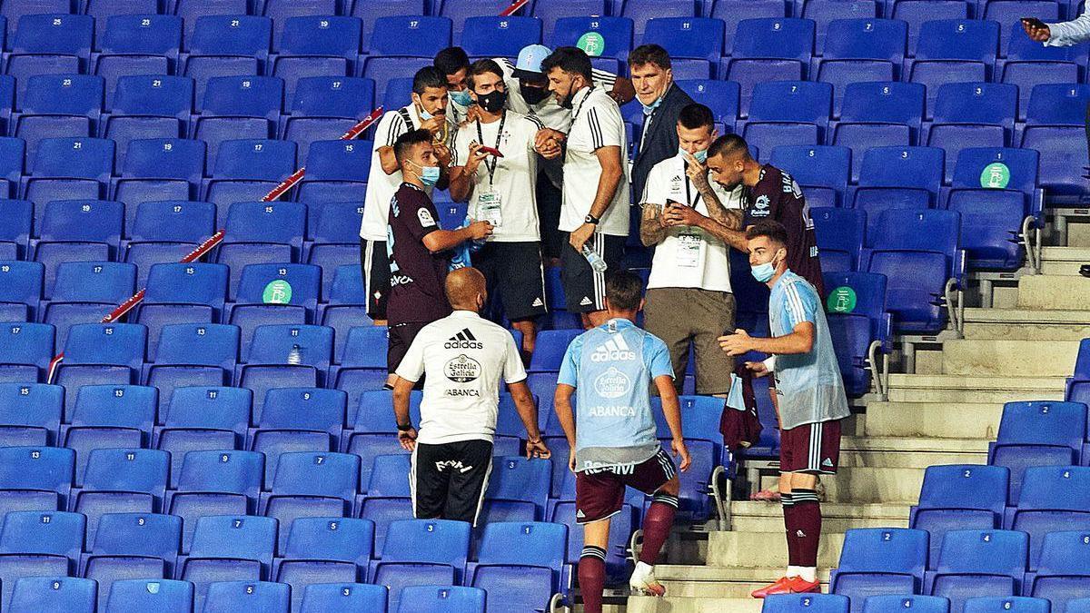 Los jugadores del Celta y otros miembros del equipo, como Vlado Gudelj, contemplan la resolución del Leganés-Real Madrid.