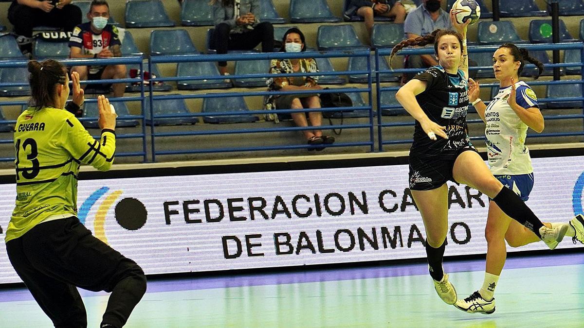 Guerra trata de detener un lanzamiento a Daniela Moreno. // RFEBM