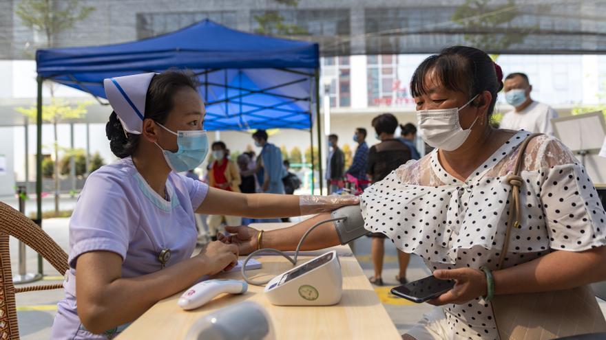 China registra más de 75 positivos de coronavirus por primera vez desde enero