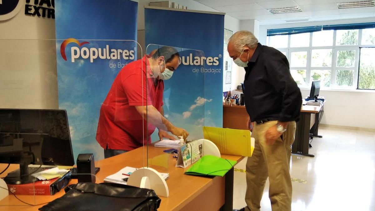 Pedro Acedo entrega sus avales en la sede del PP, esta mañana.