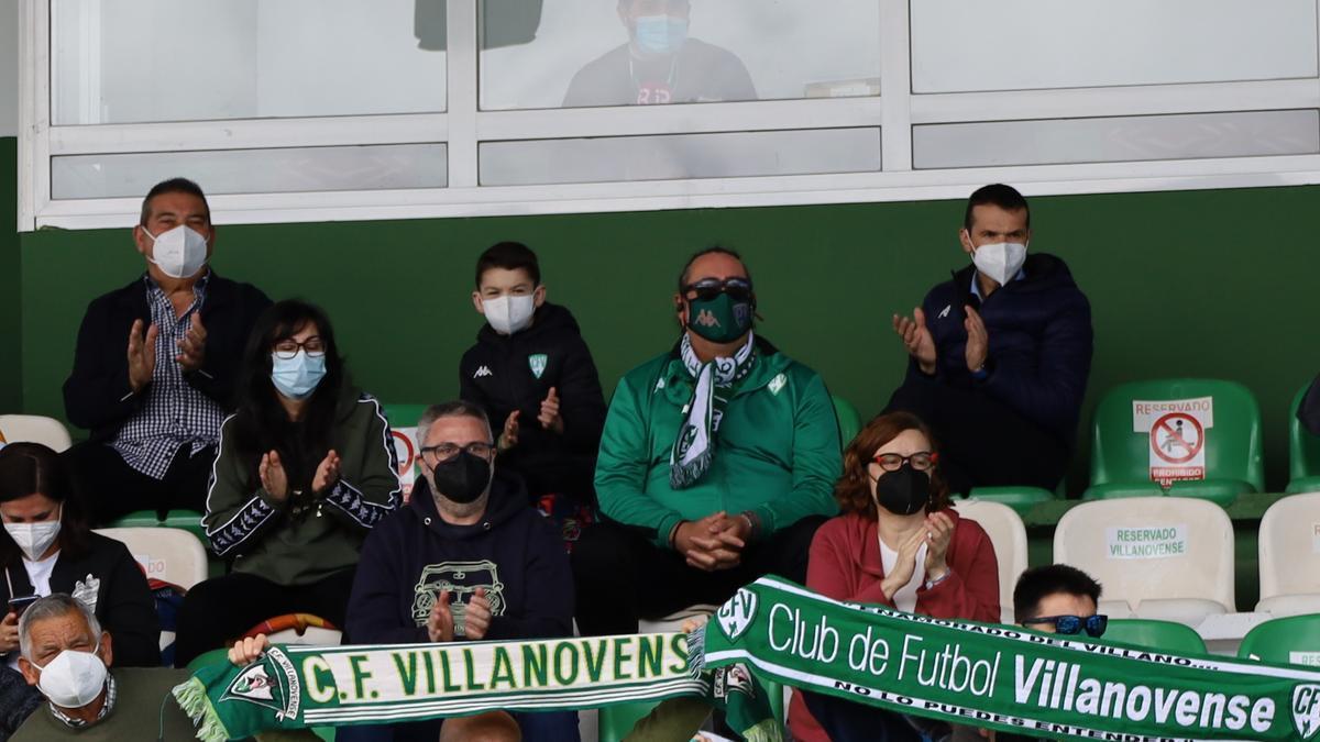Hinchas del Villanovense exhibiendo sus bufandas.