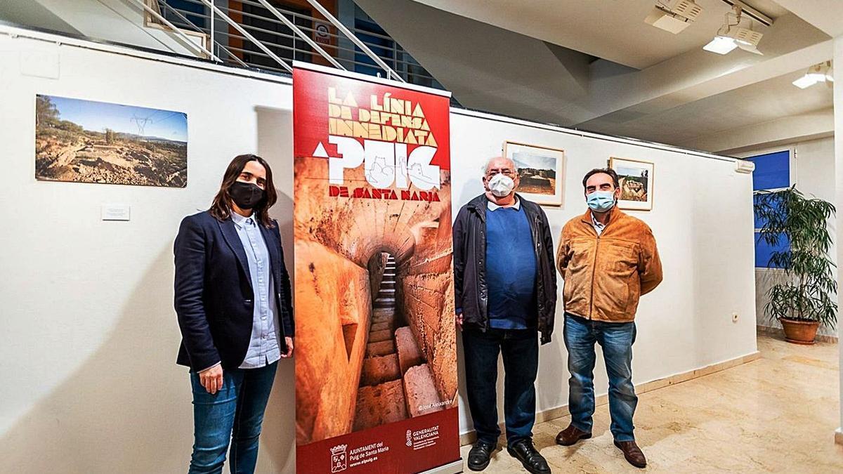 José Aleixandre y Julio Badenes con la concejala, en la exposición.   A.E.P.