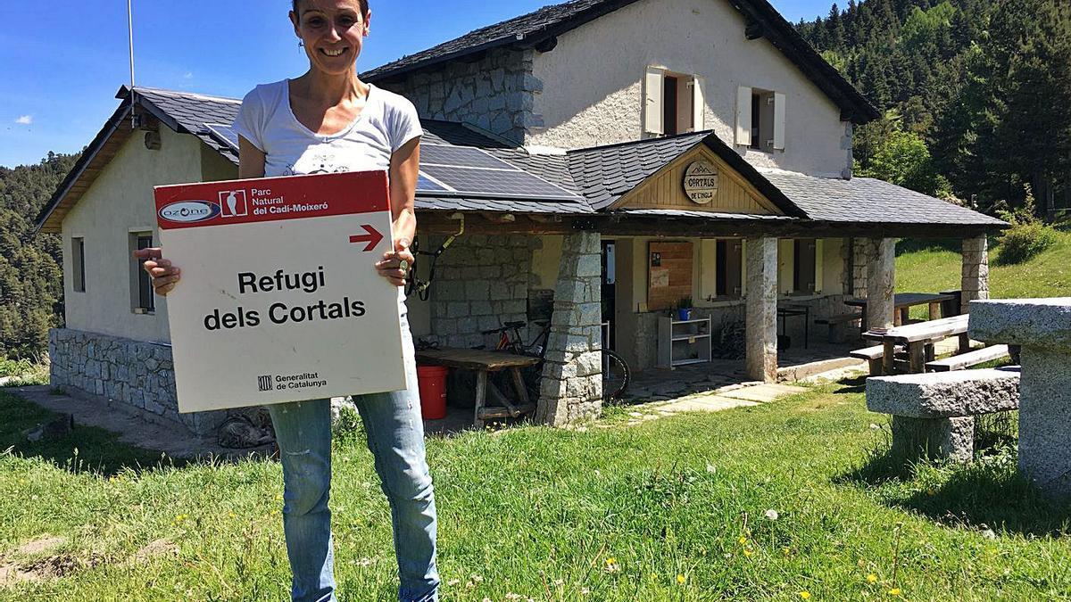 Esme Olivares davant del refugi dels Cortals de l'Ingla, que ara regenta | MIQUEL SPA
