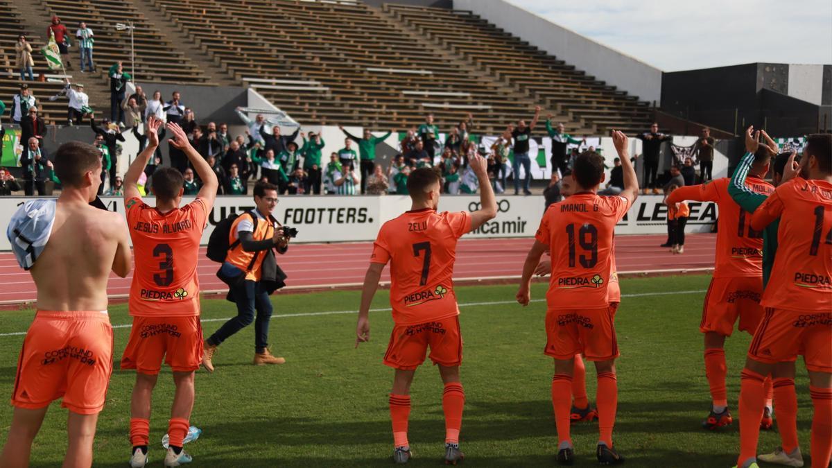 El Córdoba CF celebra el triunfo en el Municipal de La Línea, la pasada temporada.