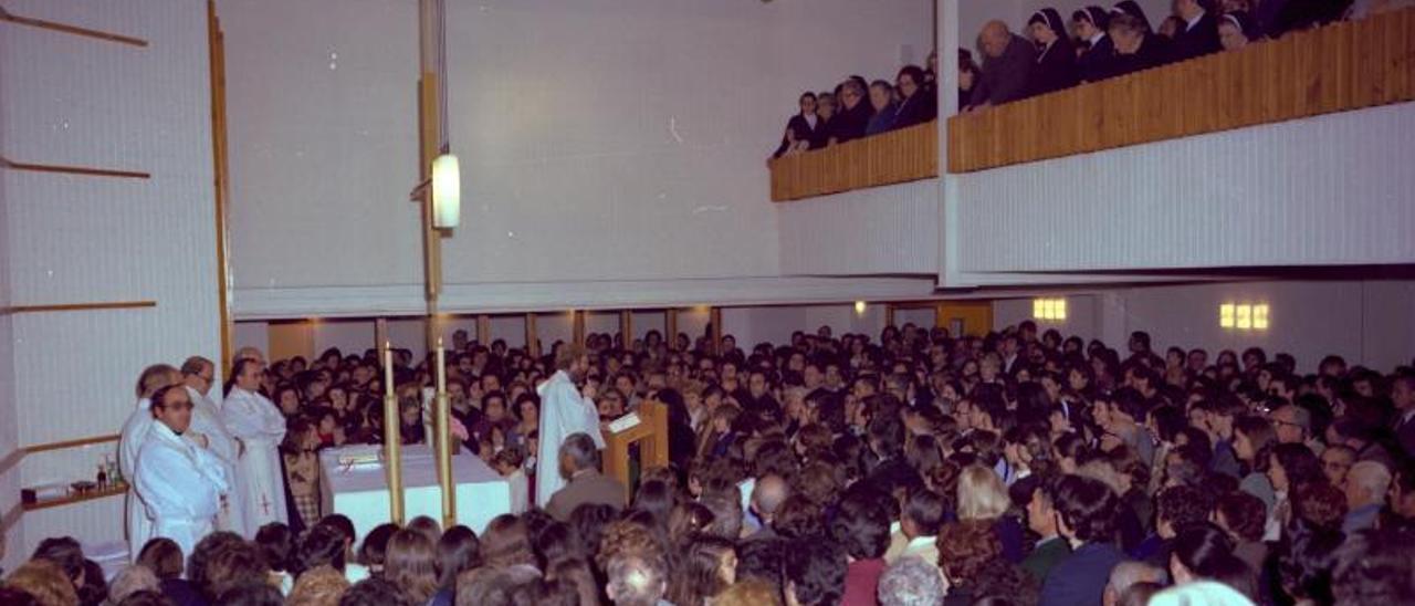 Inauguració del Complex Parroquial «La Miraculosa» en 1978. A la dreta, Enric Cervera durant un acte a Picassent.   JAUME SERRA/A.P.