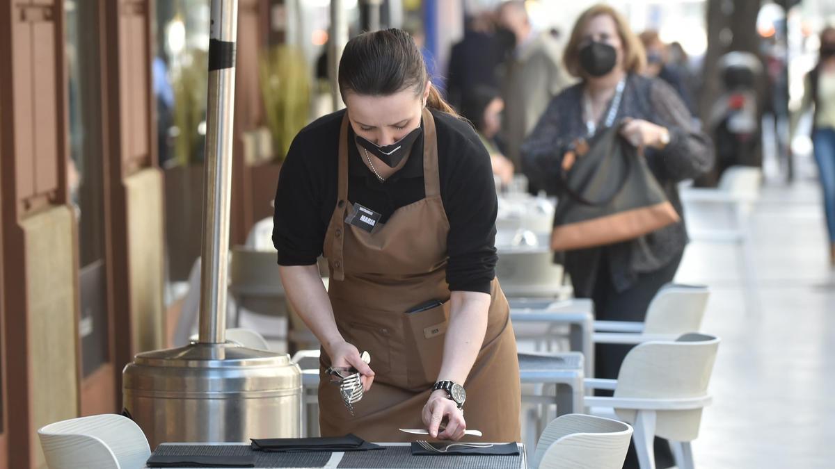 Una camarera en una terraza.