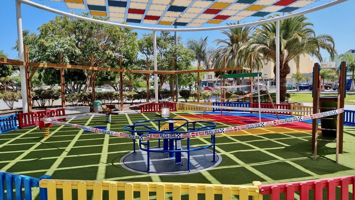 El parque plaza Pérez Galdós de Arguineguín, clausurado para evitar aglomeraciones.