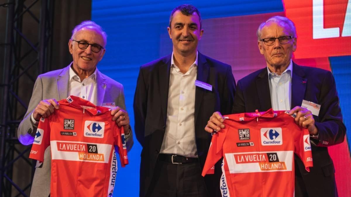 Javier Guillén junto a las autoridades de Utrecht durante la presentación de La Vuelta 2020.