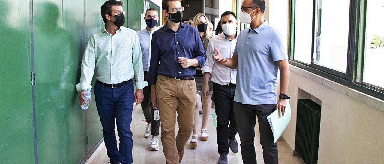 Victor Garcia, al centre, i Jorge Rodríguez, a l'esquerra, visiten l'IES l'Estació, ahir | LEVANTE-EMV