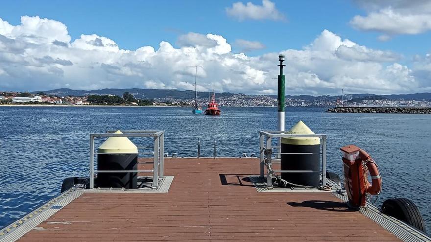Así fue la maniobra de remolque de un velero a punto de varar en Rodeira
