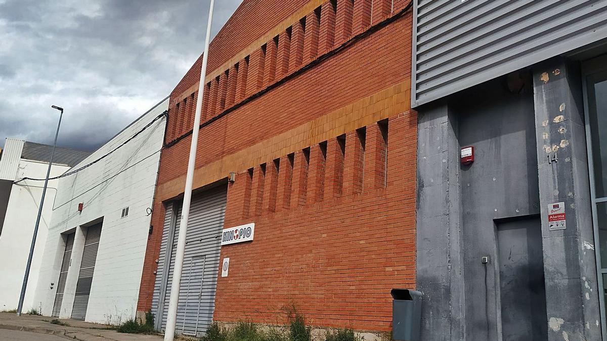 Façana de la nau industrial que ha adquirit l'entitat religiosa al polígon dels Dolors | ABEL GALLARDO
