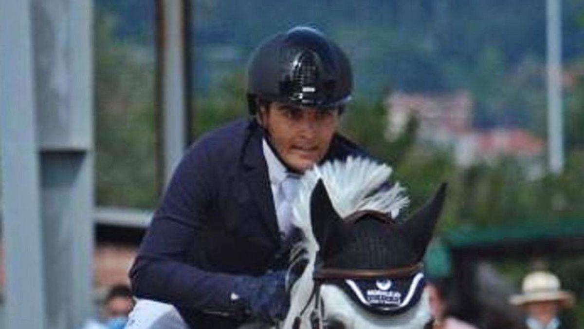 Pablo Morelajo, saltando con Ligona uno de los obstáculos a 1.40.