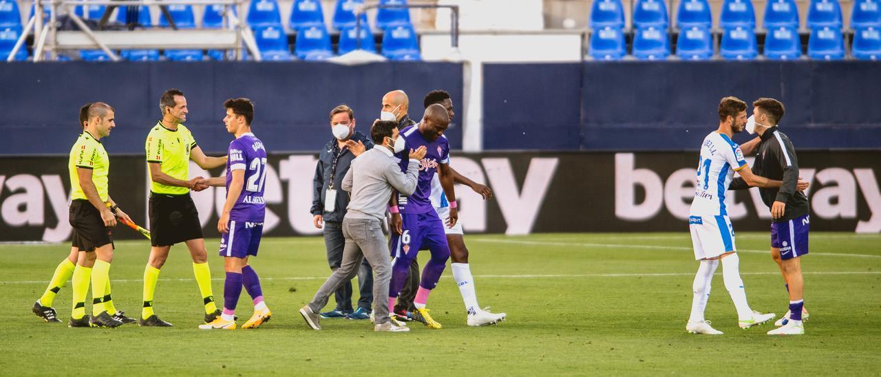 Gallego, en el centro, felicita a Babin al final del Leganés-Sporting