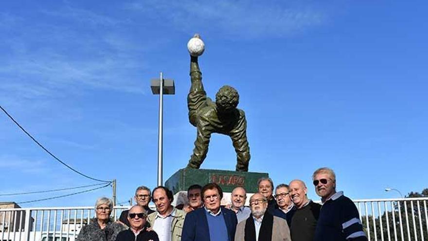 La escultura 'La chilena' ya preside la entrada a la Balear