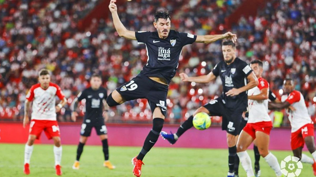 Jozabed Sánchez salta a por un balón en el encuentro frente al Almería. LaLiga