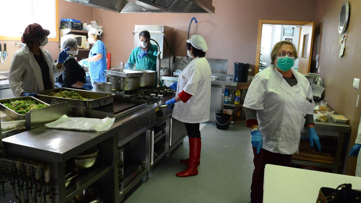 La cocina del comedor social de Cangas./ G.N.