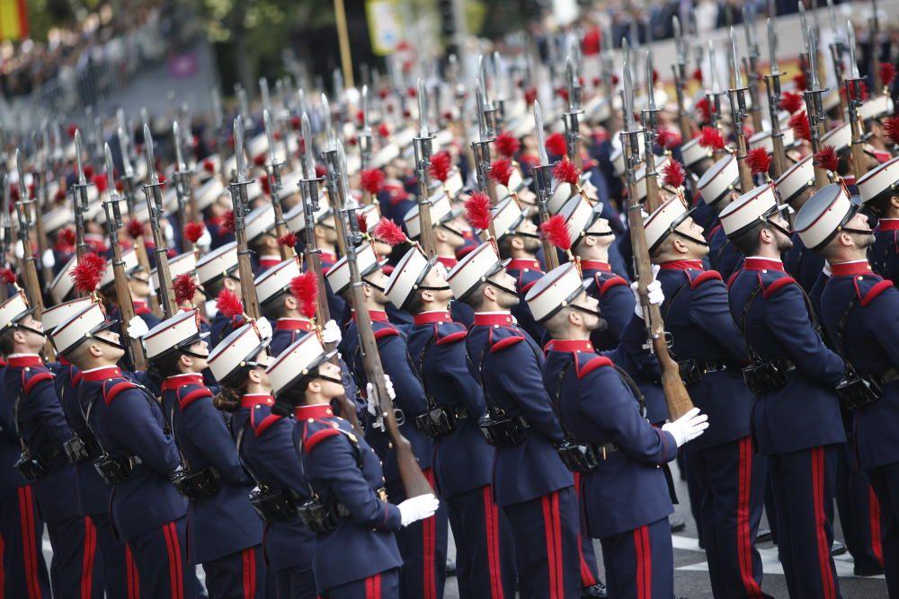 Un grupo de militares en formación se preparan ...