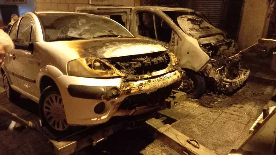 Arden dos coches en Vigo dejando edificios sin luz de noche