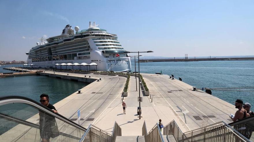 El Puerto obliga a bajar la música a un yate y multa a dos cruceros por ruidos