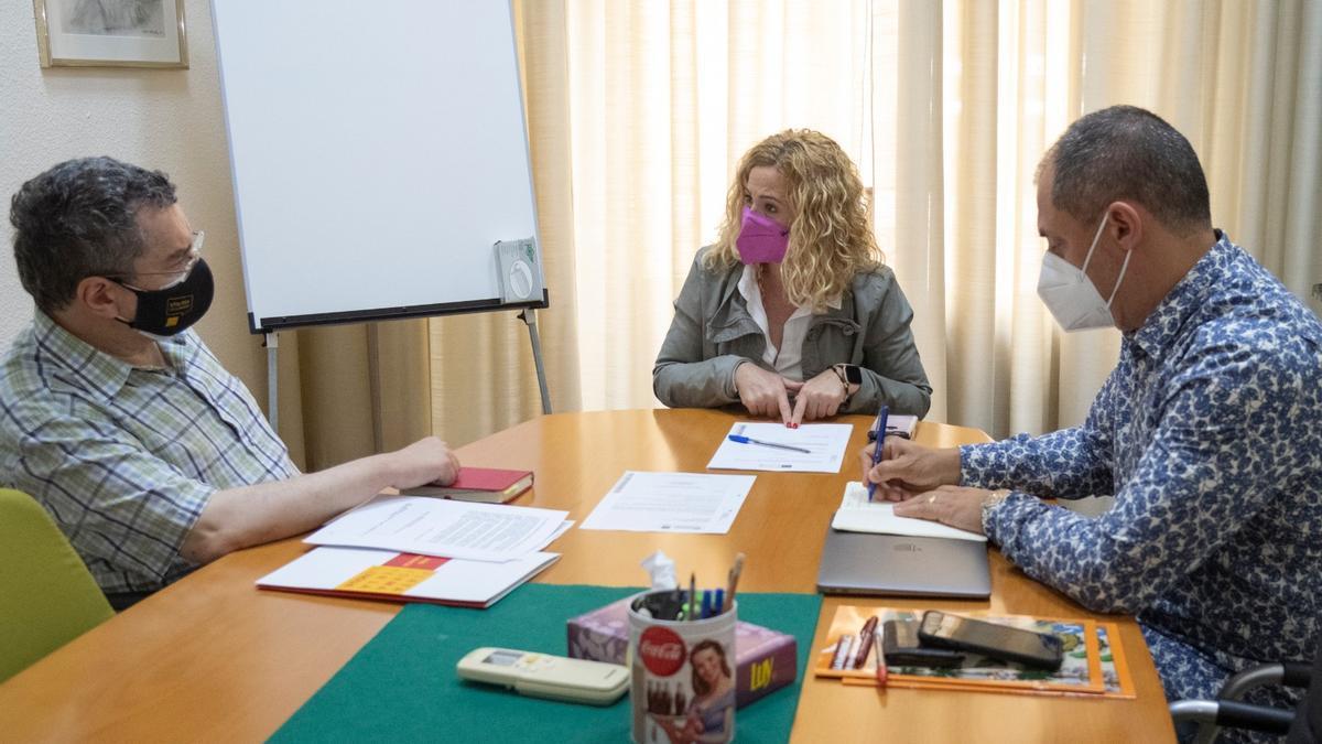 La diputada de Turismo reunida con los representantes de la Plataforma per la Llengua.