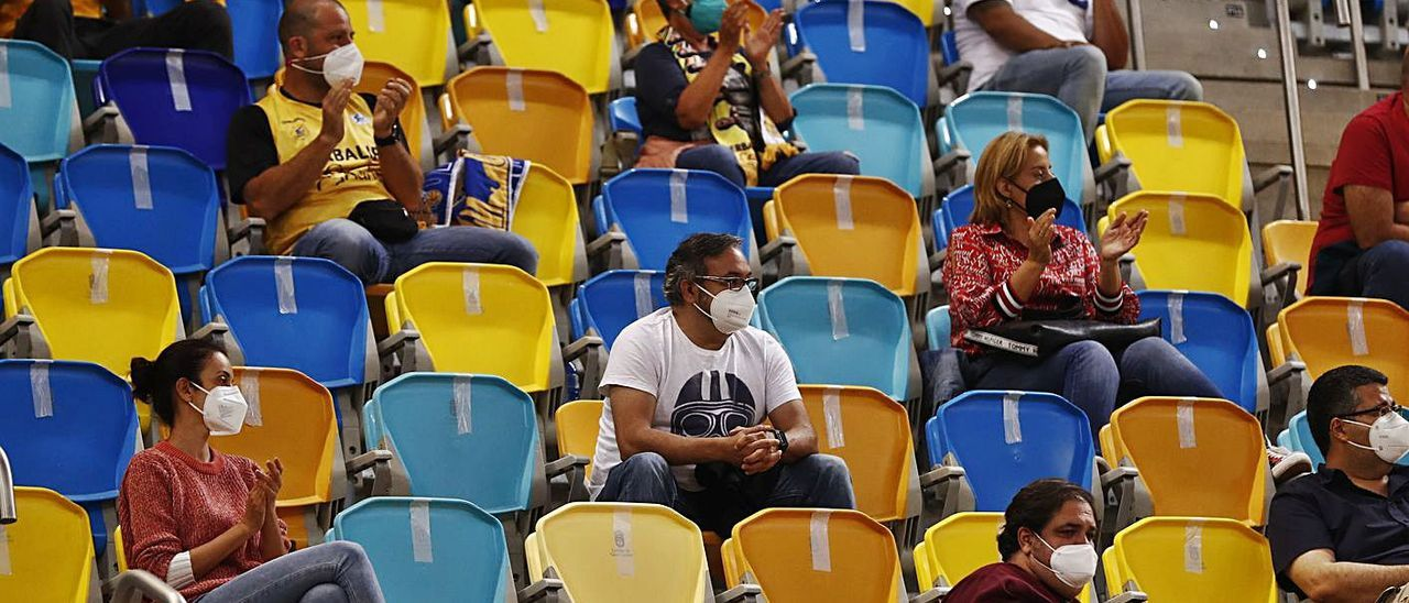 Aficionados en la grada del Arena, en el partido del 'playoff' por el título del pasado curso con el Real Madrid.     ACB PHOTO /M. HENRÍQUEZ