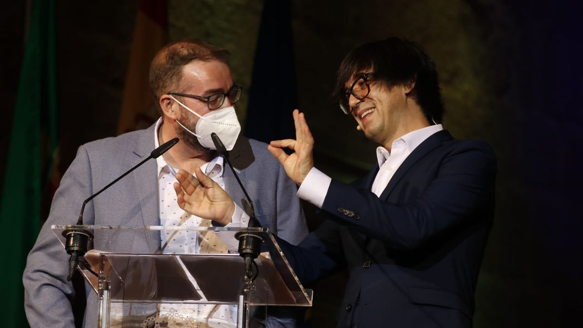 Luis Piedrahíta, presentador de la gala, junto a uno de los miembros del jurado del certamen.