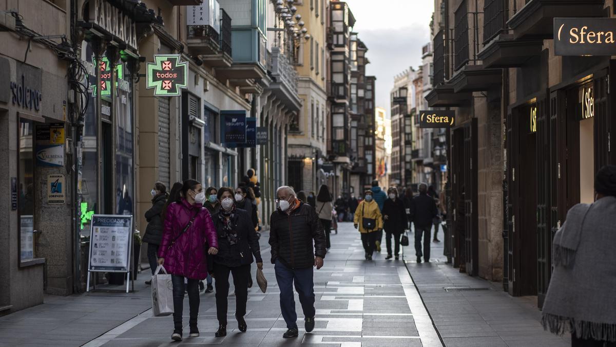 Zamoranos pasean con sus mascarillas por la ciudad.