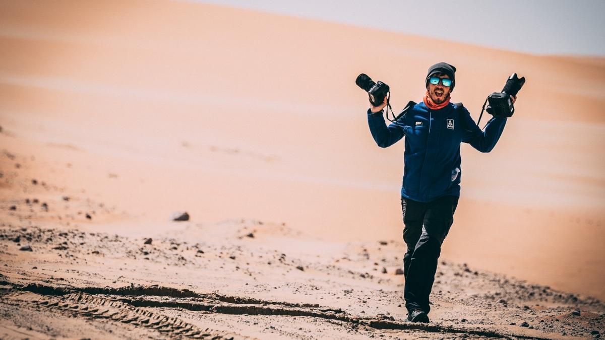 Charly López en plena xornada de trabayu mientres el pasáu rally Dakar.
