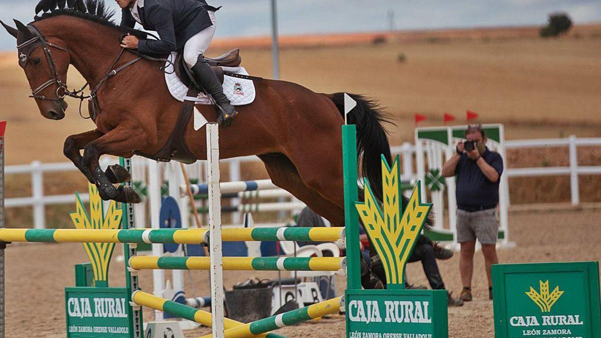 Uno de los participantes en el concurso de salto celebrado este fin de semana en Equus Duri. / JLF