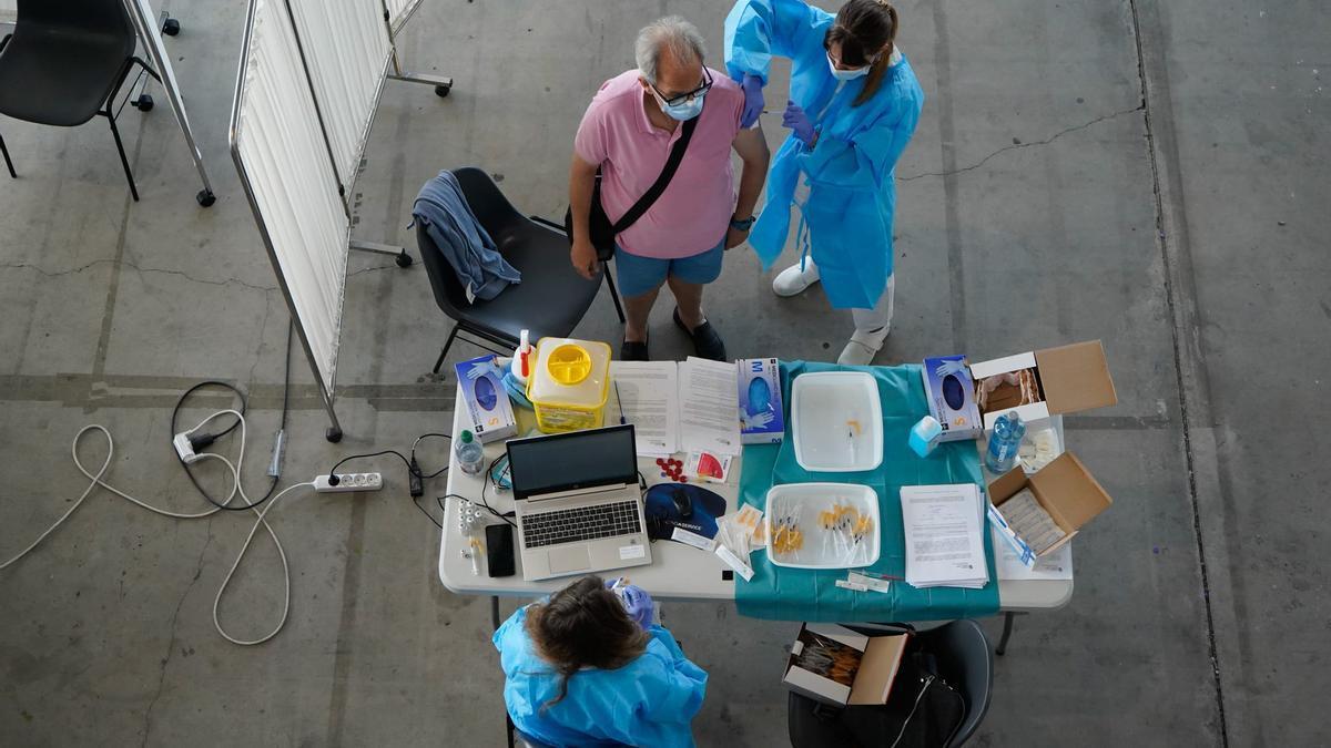 Una enfermera prepara una dosis de vacuna contra el coronavirus