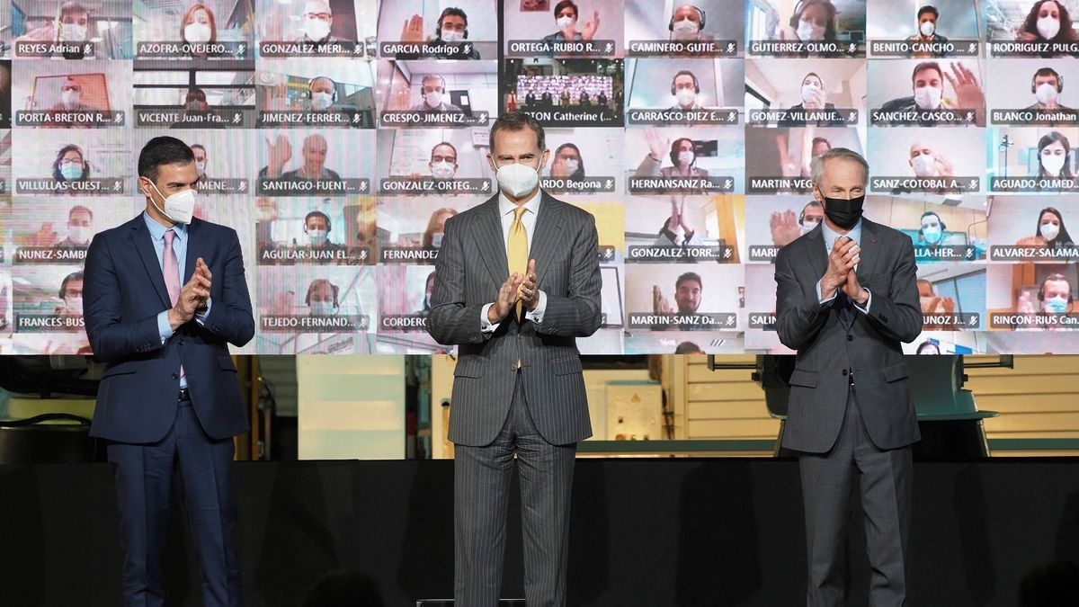 El rey Felipe VI (c), junto al presidente del Gobierno, Pedro Sanchez (i), y al presidente de Renault, Jean-Dominique Senard