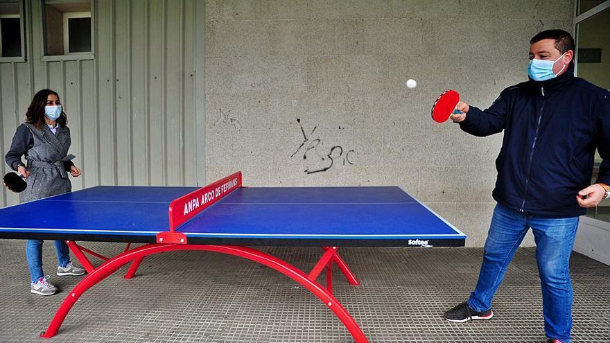 Los padres compran una mesa de tenis para que los alumnos del Ramón Cabanillas hagan deporte en los recreos