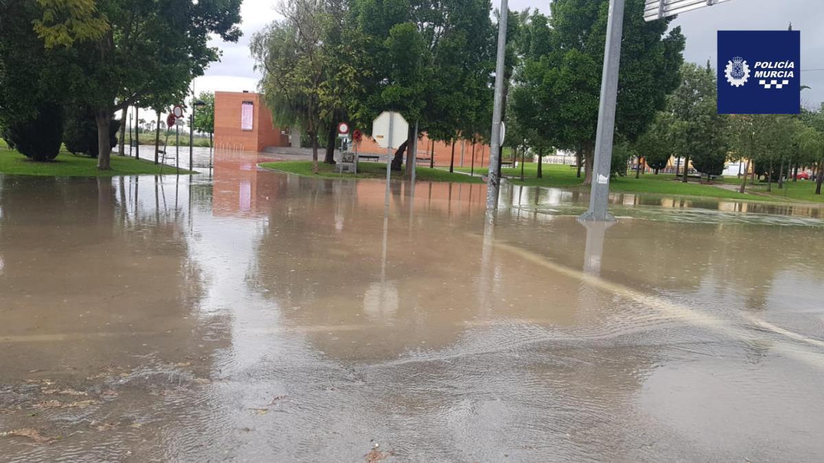 Imagen de una rotonda inundada este domingo, en Murcia.