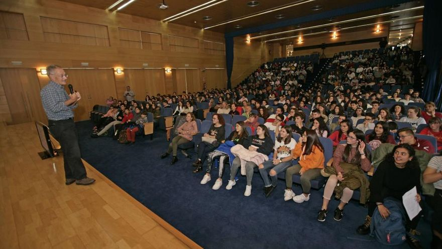 El prestigioso genetista Ángel Carracedo acerca la ciencia a los estradenses