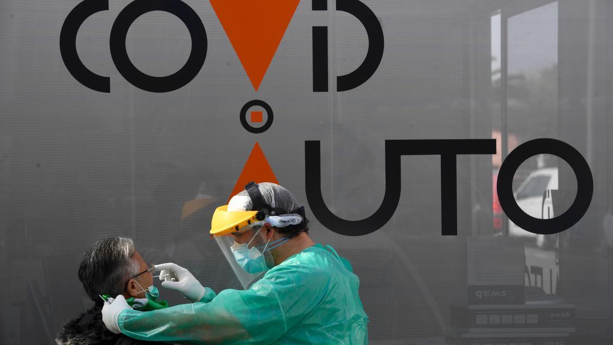 Una sanitario extrae una muestra a una mujer en un cribado en A Coruña.