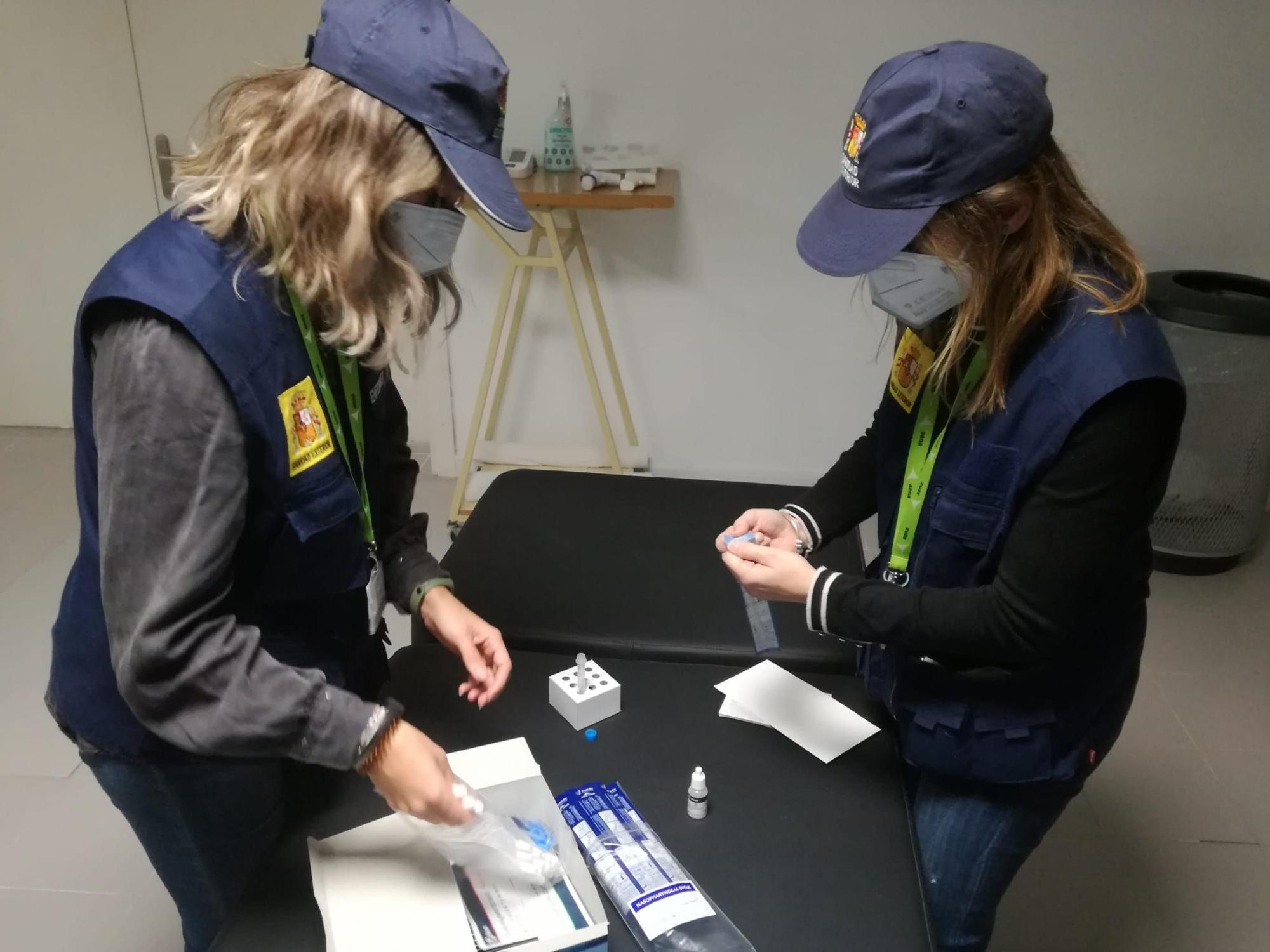 Controles en Son Sant Joan para revisar que los pasajeros cumplan con los requisitos sanitarios